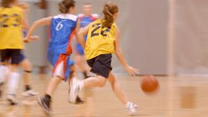 Basketball dans gymnase