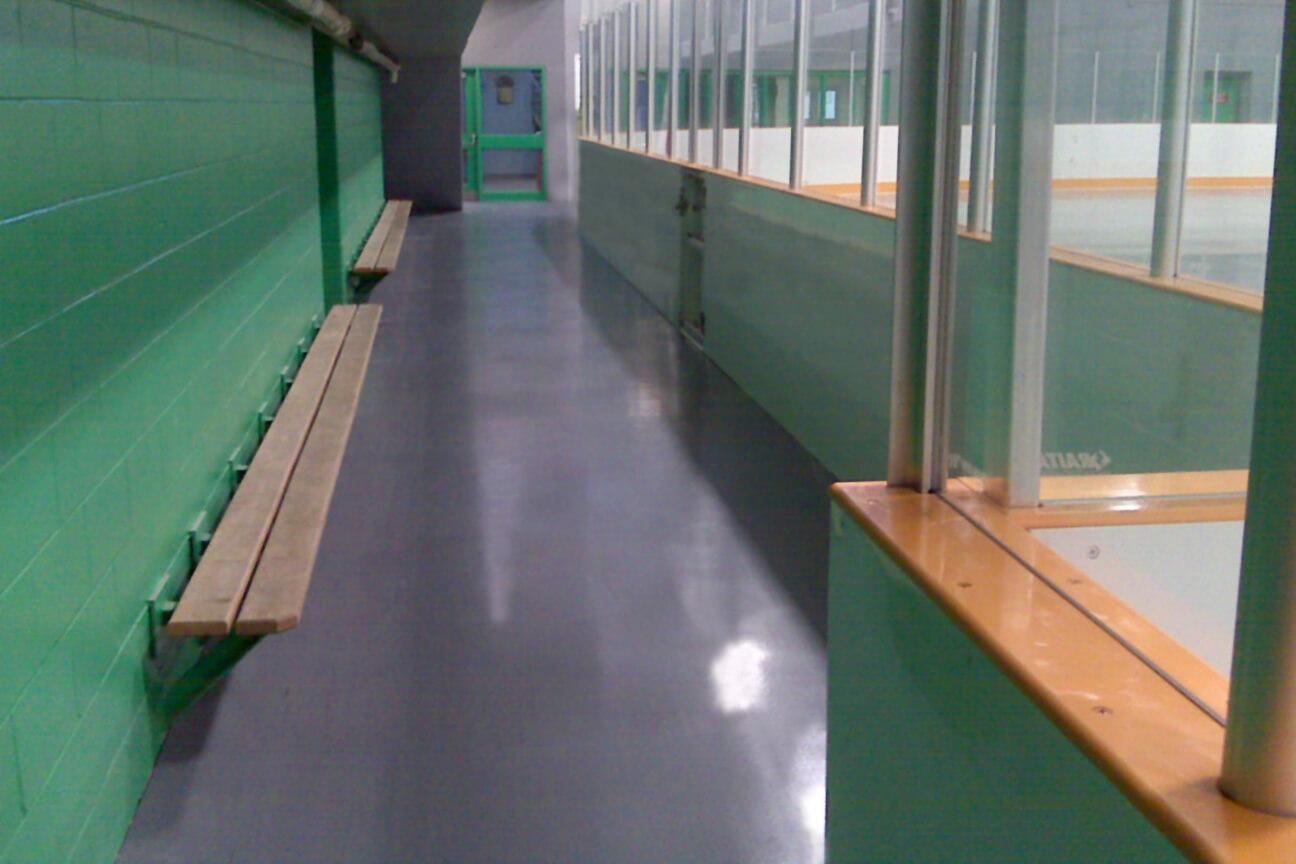 Plancher d'aréna en caoutchouc MaxFlor autour de la glace à l'aréna Chedoke Twin Pad (Hamilton, Ontario)