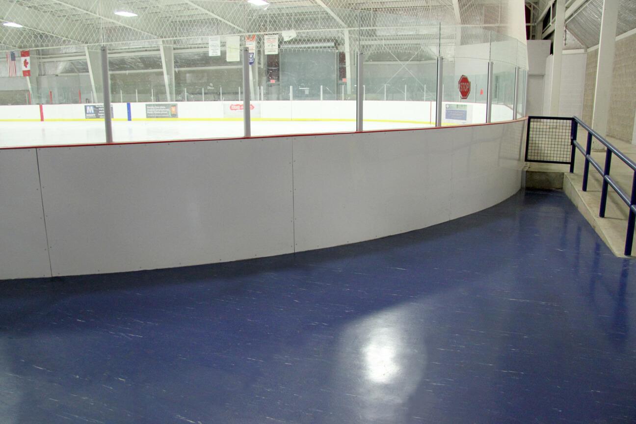 Plancher d'aréna en caoutchouc MaxFlor autour de la glace à l'aréna Mainway (Burlington, Ontario)