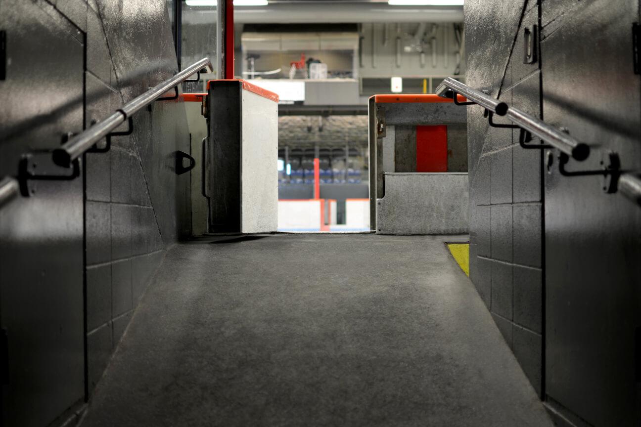 Plancher d'aréna en caoutchouc MaxMat vers la glace à l'aréna Pierre Morin (Montréal, Québec)