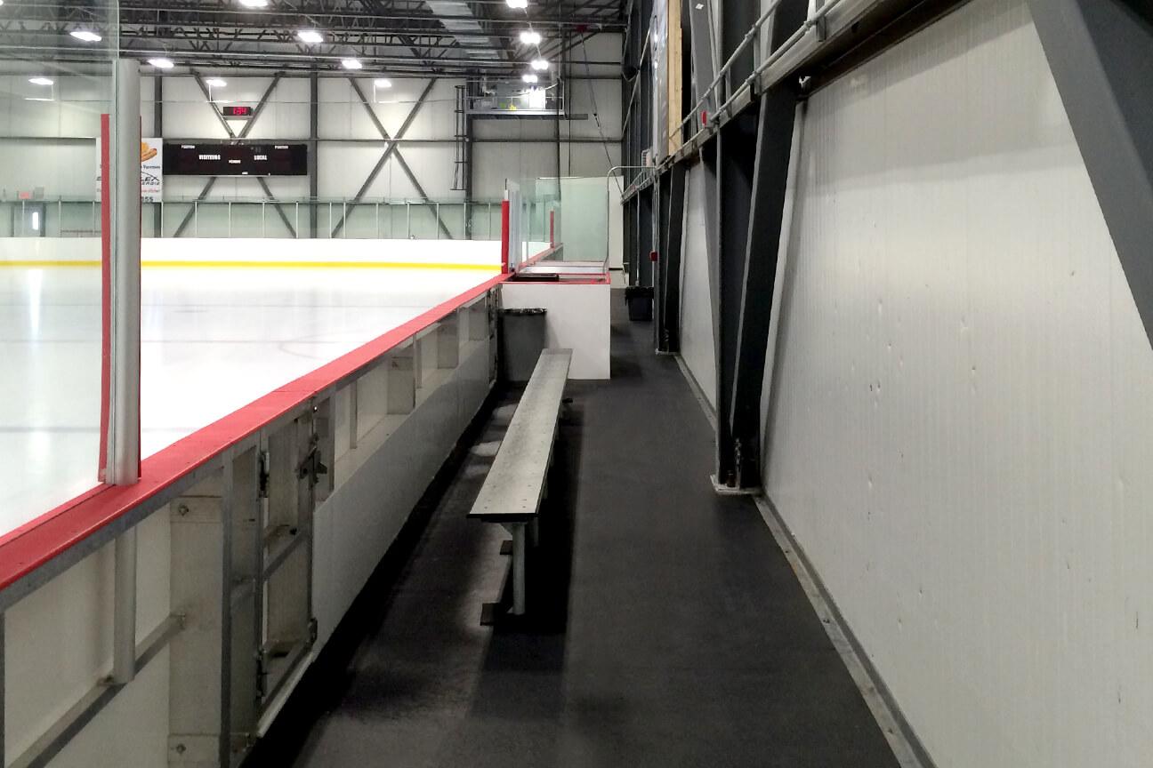 Caoutchouc d'aréna X-Mat sous le banc des joueurs au Sportplex de l'Énergie (Varennes, Québec)
