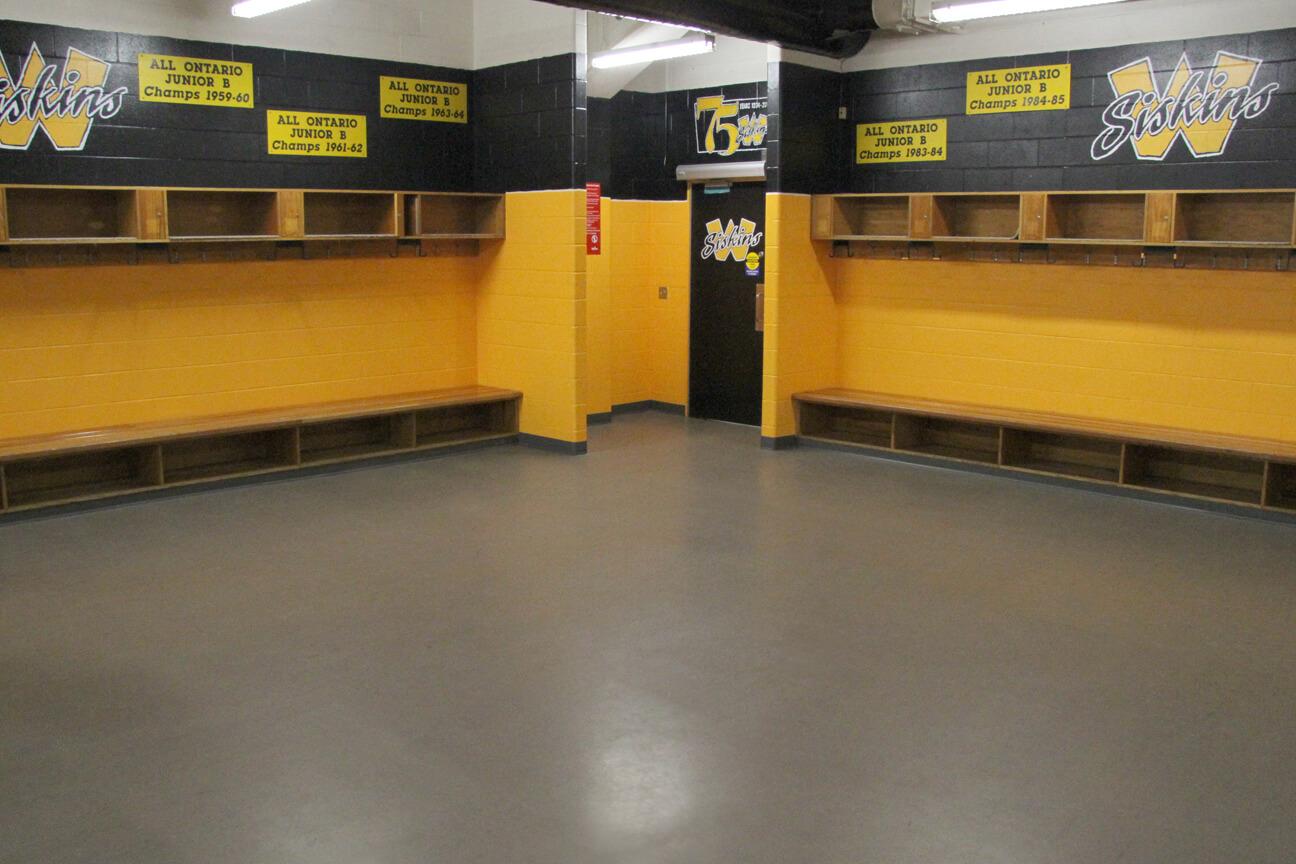 Plancher en caoutchouc MaxFlor dans la salle des joueurs au complexe récréatif Waterloo (Waterloo, Ontario)