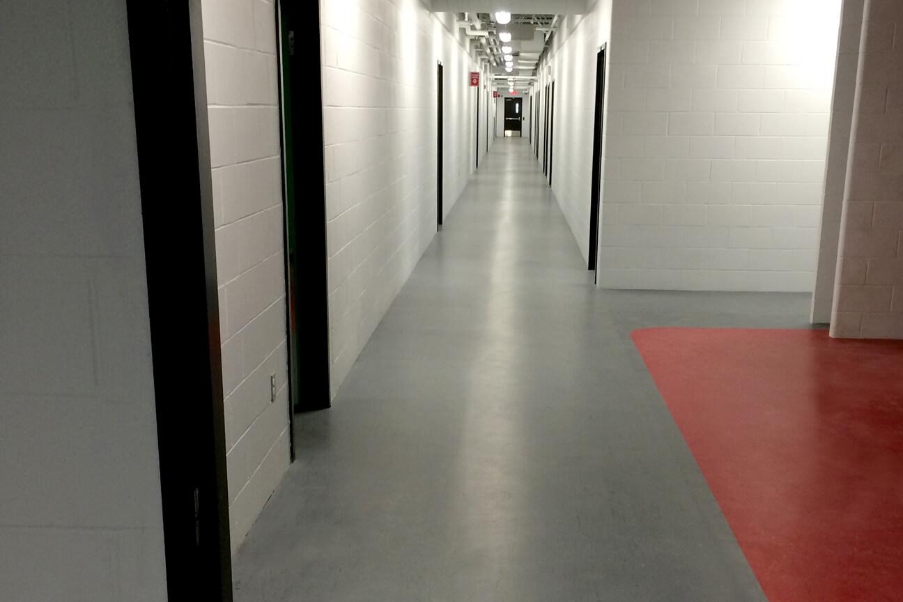 Caoutchouc d'aréna MaxFlor dans un couloir au Complexe Sportif Multifonctionnel (Saint-Augustin-De-Desmaures, Québec)