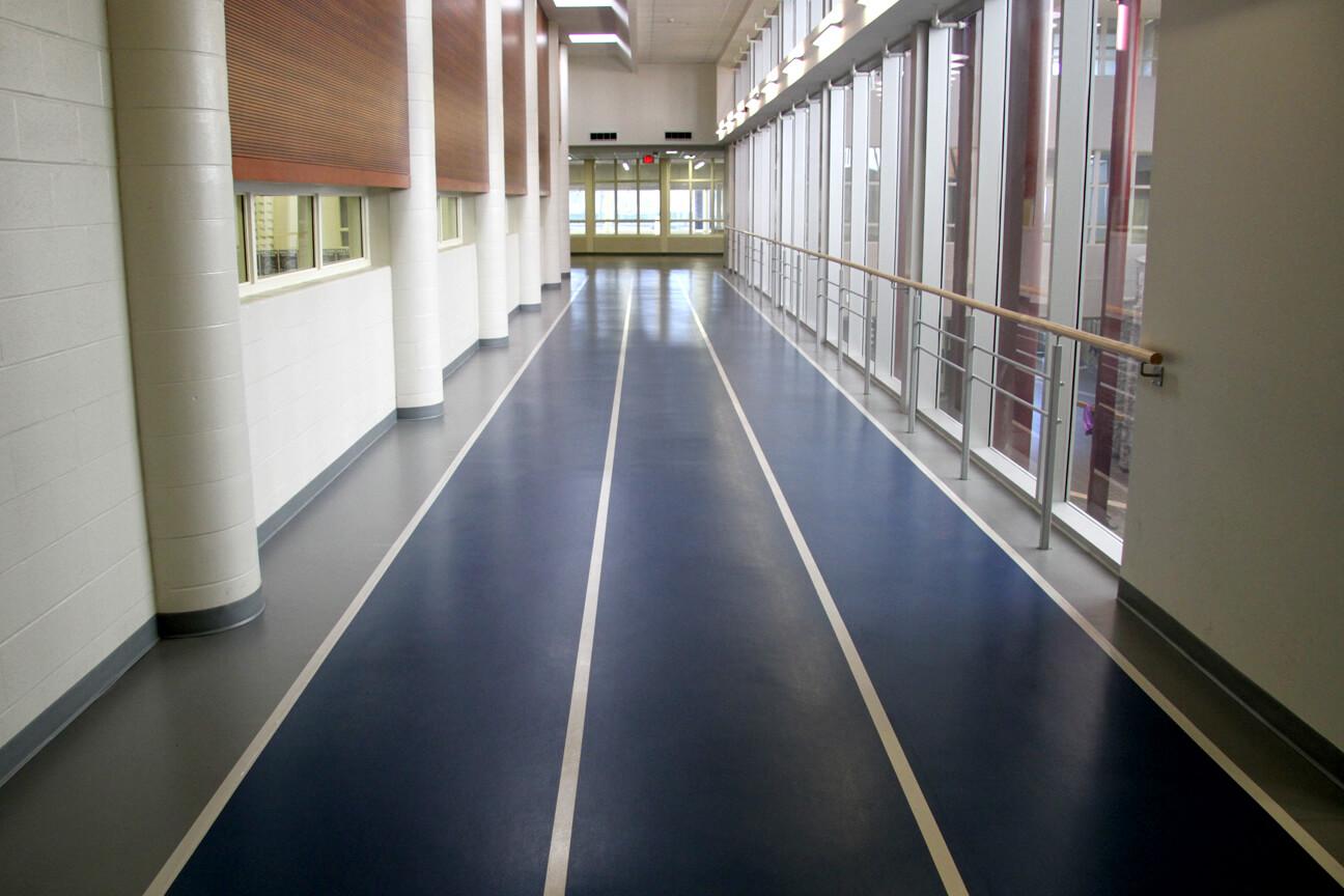 Piste de course Omnisports 8.3 à trois corridors à l'école secondaire St. Thomas Aquinas (Tottenham, Ontario)