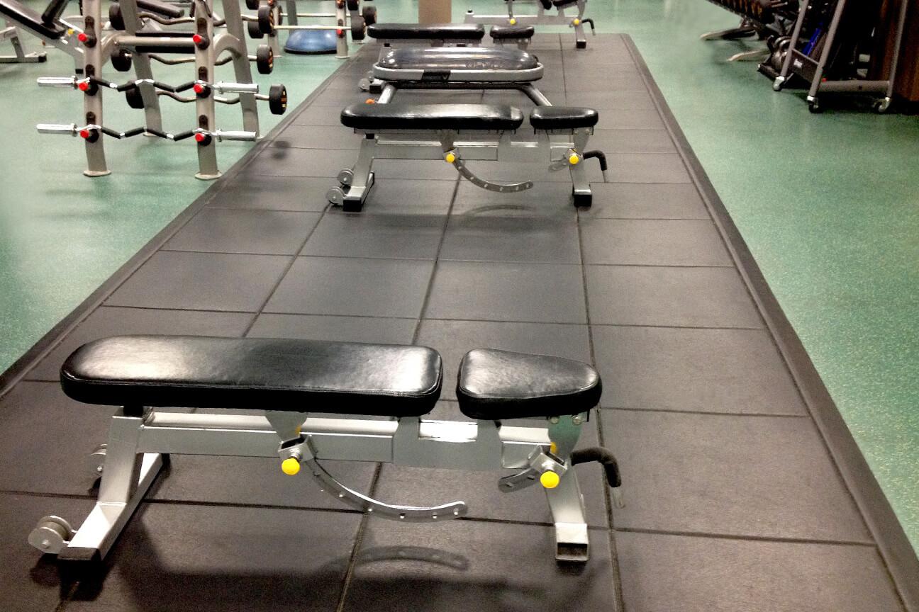 Plancher de gym en caoutchouc ShockTile chez Le Sporting Club Sanctuaire (Montréal, Québec)