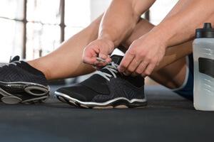 Attacher ses souliers avant une séance d'entraînement